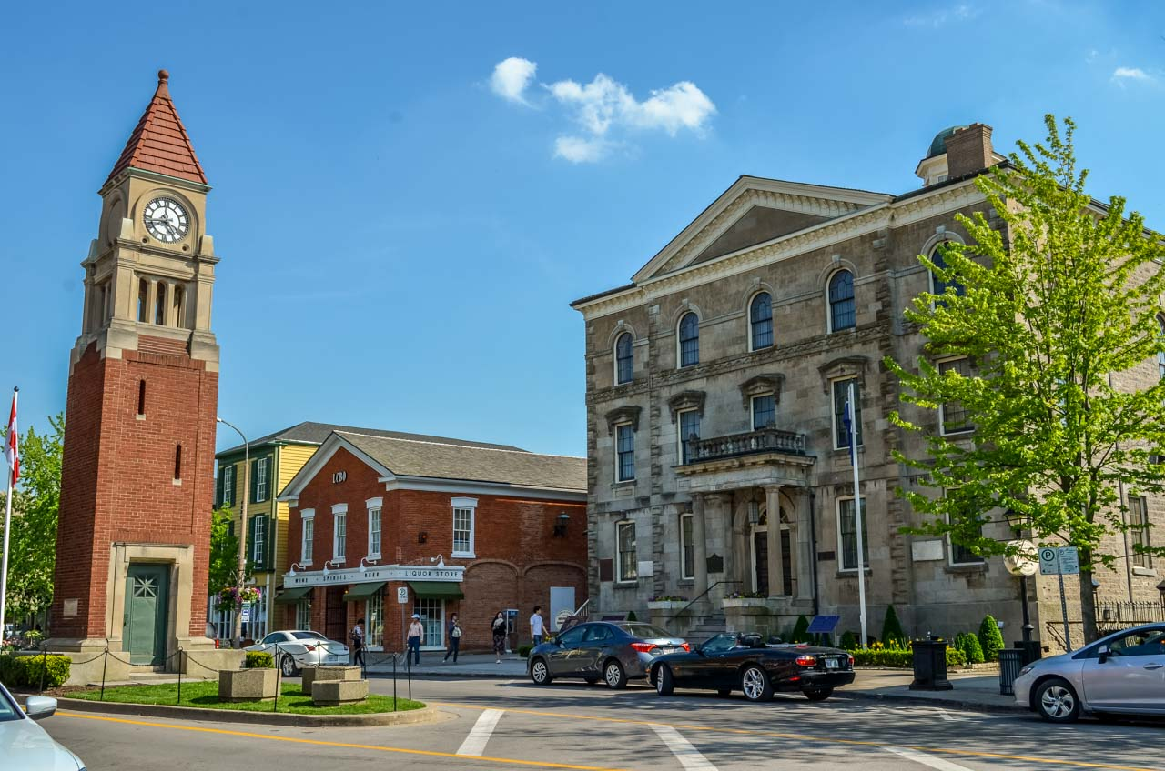 Cenetaph-and-the-court-house_ Niagara-On-The-Lake – Photos and More