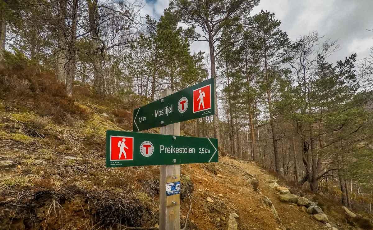 signs to Preikestolen