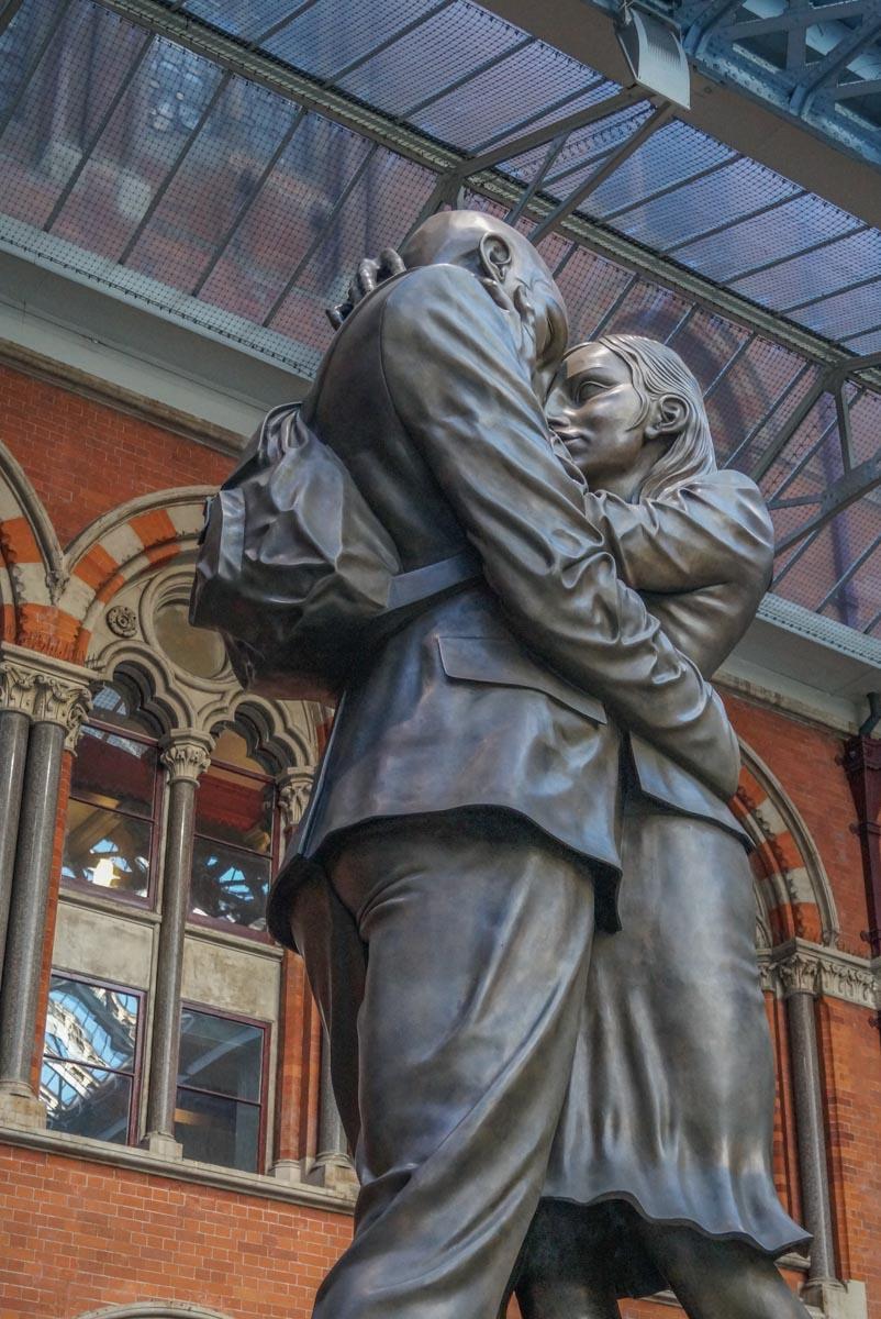 Kissing-couple St Pancras International - Gateway to European Adventure