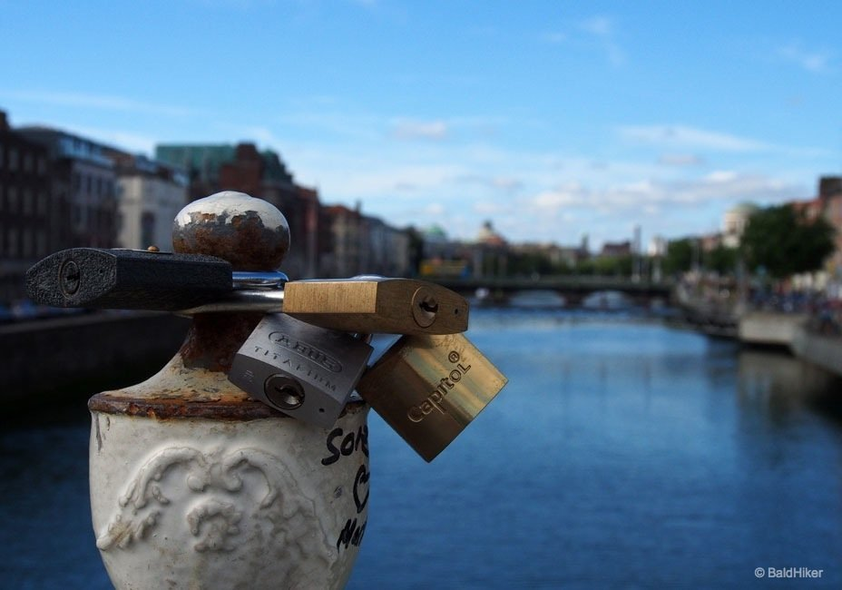 Dublin: Ha'penny Bridge over The Liffey