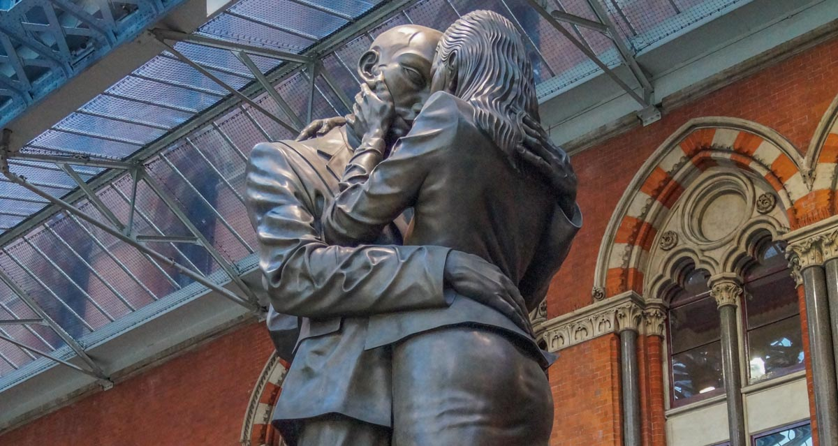 St pancras statue kissing