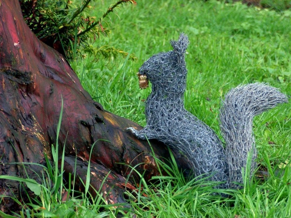 angela squirrel 030 wire sculptures Sculptures of the natural world: made from reused wire