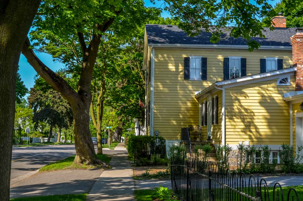 pastel-shades-and-picket-fences_ Niagara-On-The-Lake – Photos and More